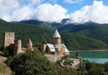 Fortezza di Ananuri sulla riserva d'acqua di Jinvali